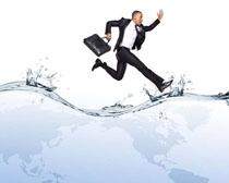 水面上奔跑的商务男人PSD素材