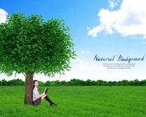 坐绿色大树下的女生PSD素材