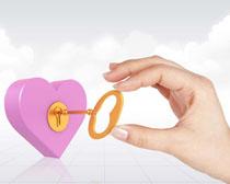 爱心锁与手PSD素材