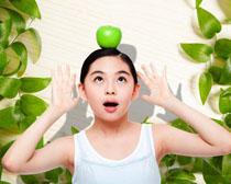 头顶苹果的女孩PSD素材