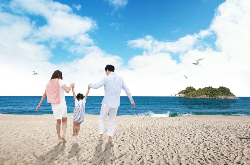 幸福一家人快乐家庭一家三口海滩风景沙滩