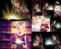 小孩与发光的盒子高清图片