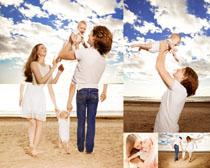 沙滩上快乐一家人摄影高清图片
