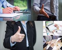 商务合作握手的男人高清图片