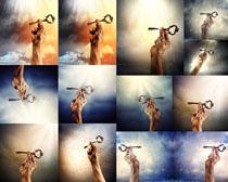 手与钥匙拍摄高清图片