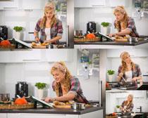 厨房做菜的妇女摄影高清图片图片