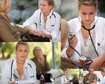 量血压的美女医生摄影高清图片