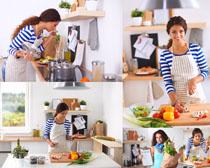 厨房做菜的国外妇女摄影高清图片图片