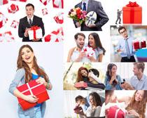 收礼物的国外男女摄影高清图片