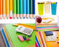 色彩绘画笔与本子摄影高清图片