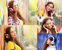 听音乐的女孩摄影高清图片