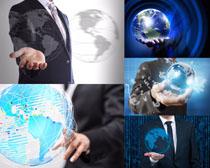商务男士地球摄影高清图片