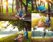 树林间听音乐的女孩摄影高清图片