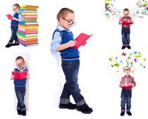 看书的小男孩摄影高清图片