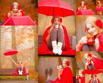 红雨伞女人拍摄高清图片