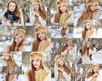 雪地微笑的女人摄影高清图片