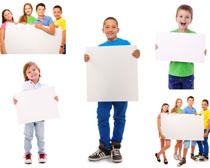 儿童与展示牌摄影高清图片