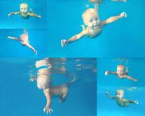 游泳的国外宝宝摄影高清图片