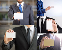 手拿名片的男人摄影高清图片