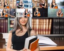 手拿书本的大学生摄影高清图片