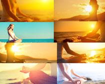 夕阳下打坐的女人摄影高清图片