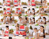 妈妈与女儿厨房摄影高清图片