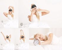 睡觉的女人与闹钟摄影高清图片