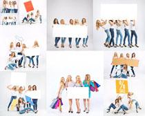 开心女人与广告牌摄影高清图片
