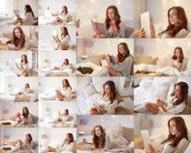 床上看书女子摄影高清图片