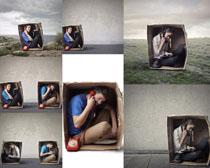 箱子里打电话人物拍摄高清图片