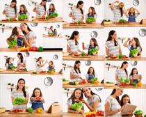 厨房母女与蔬菜摄影高清图片