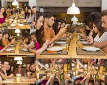 一起聚餐吃饭的人物摄影高清图片