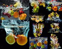 掉落水中的水果摄影高清图片