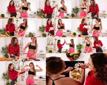 厨房做菜美女摄影高清图片