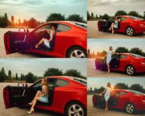 红色跑车与美女拍摄高清图片