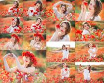 红色花丛美女摄影高清图片