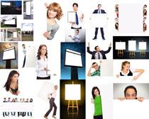 国外人士与广告牌摄影高清图片