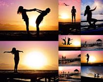 海边夕阳人物摄影高清图片