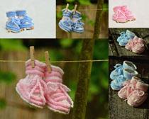 夹绳上的宝宝鞋子摄影高清图片
