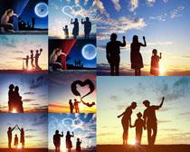 夕阳下的一家人摄影高清图片