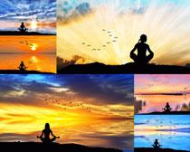 夕阳下的瑜伽女子摄影高清图片