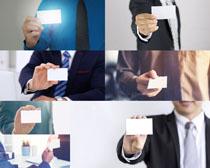 手拿名片男人摄影高清图片