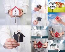 房屋模型与男子摄影高清图片