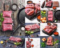 新鲜肉块与调料摄影高清图片