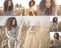 卷发户外美女写真摄影高清图片