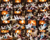 室内烤火情侣袜摄影高清图片