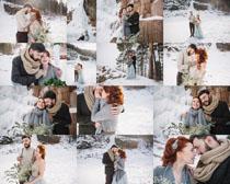 雪景恩爱的情侣摄影高清图片