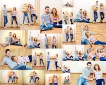 情侣男女与箱子摄影高清图片