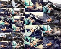 汽车上的男人操作摄影高清图片