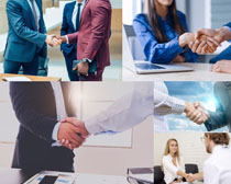 商务人士商谈握手摄影高清图片